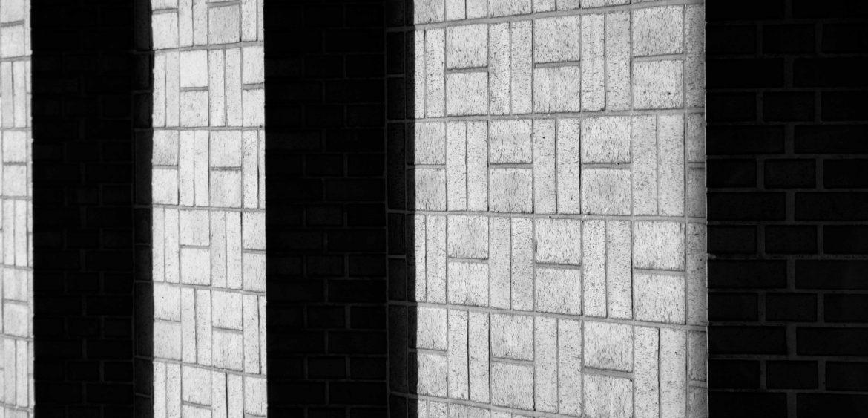 Mariya-Boyanova-Fotografie-abstrakte-Räume-Wand-Schatten schwarz weiß