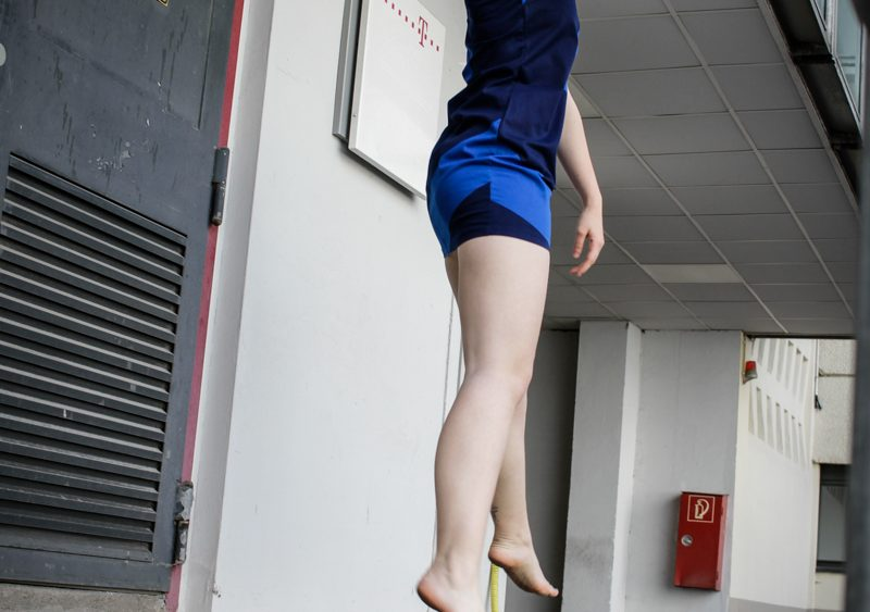 Mariya Boyanova Tanz Fotografie Impro Berlin blau Innenhof Industrie Rampe