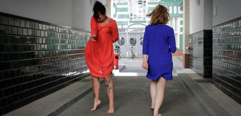 Mariya Boyanova Tanz Fotografie Impro Berlin grün blau orange Innenhof