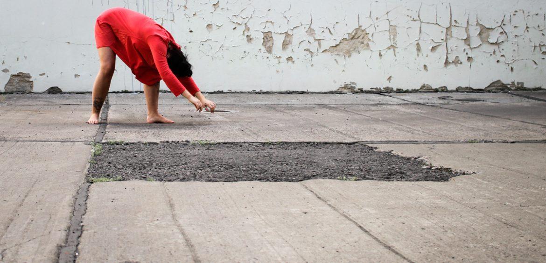 Mariya Boyanova Tanz Fotografie Impro Berlin orange Innenhof Graffity