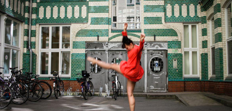 Mariya Boyanova Tanz Fotografie Impro Berlin orange grün Innenhof